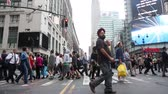 chůze : People Crossing the Street during Rush Hour in New York