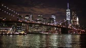 nieuw : Brooklyn Bridge en Downtown Wolkenkrabbers in New York bij Nacht