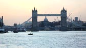 здание : Tower Bridge and London cityscape at sunset Стоковые видеозаписи