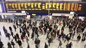 chůze : Commuters and tourists at Waterloo station in London Dostupné videozáznamy