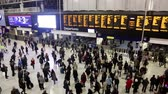 reino unido : Commuters and tourists at Waterloo station in London Stock Footage