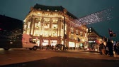 fadas : LONDON, UK - NOVEMBER 23, 2015: Oxford street with Christmas lights and traffic. It is one of the busiest street of the capital city of England, and during Christmas time it becomes magic and fairy. Stock Footage