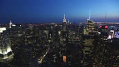 Нью Йорк : NEW YORK, USA - AUGUST 26, 2014: Panoramic view of Manhattan and the Empire State building at dusk. Pan right camera movement
