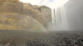 arco íris : Skogafoss waterfall and rainbow in Iceland. Beautiful view of skogafoss with a colourful rainbow on the left. Nature and travel concepts