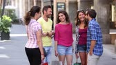 byt : Group of friends meeting in the city and talking. They are young and happy, and they could be tourists or students. People in Pisa, Italy, having fun together on a summer day. Dostupné videozáznamy
