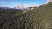 enrolamento : Aerial panoramic view of mountain road through the wood - Aerial video of Dolomites in Italy with countryside road running through green trees - Travel and nature concepts
