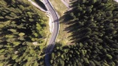 enrolamento : Aerial top view of mountain road through the wood - Aerial video of Dolomites in Italy with countryside road running through green trees - Travel and nature concepts