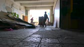 посылка : Workers with package of aerated concrete blocks