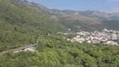 autoroutes : Aerial shot of narrow winding highway in the mountains Vidéos Libres De Droits
