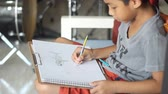 metade do comprimento : Boy drawing, coloring Stock Footage