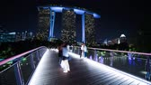 Singapore. October 30, 2017: Timelapse footage of Marina Bay Sands Hotel from Gardens By The Bay with tourists taking selfie on Dragonfly bridge. Shot in 4k resolution Vidéos Libres De Droits