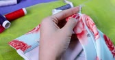 сшивание : Closeup of female dressmaker hands sewing a cloth with needle and thread. Shot in 4k resolution Стоковые видеозаписи