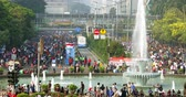 participante : JAKARTA, Indonesia - May 31, 2018: Crowded people on Asian Games 2018 Parade and Car Free Day at Hotel Indonesia roundabout, Jakarta. Shot in 4k resolution Stock Footage