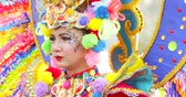 participante : JAKARTA, Indonesia - May 31, 2018: Female participant with colorful costume at Asian Games 2018 Parade in Jakarta. Shot in 4k resolution Stock Footage