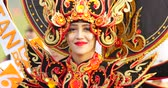 participante : JAKARTA, Indonesia - May 31, 2018: Beautiful female participant of Asian Game 2018 Parade smiling at the camera while wearing traditional costume. Shot in 4k resolution Stock Footage