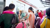разработка : JAKARTA, Indonesia - November 13, 2018: Crowded passengers get out and get in to the commuter train in the train station
