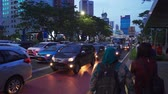espera : JAKARTA, Indonesia - February 11, 2019: Traffic jam on the highway and crowded people waiting bus on the bus stop at rush hour in Jakarta, Indonesia. Shot in 4k resolution Stock Footage
