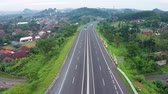 датчик : Aerial view of smart cars with autonomous self-driving mode moving on a toll road. Shot in 4k resolution