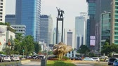 transporte : JAKARTA, Indonesia - April 24, 2019: Welcome Monument and Getah-Getih bamboo artworks at Hotel Indonesia Roundabout. Shot in 4k resolution