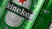 estanho : MOSCOW, RUSSIA- CIRCA MARCH 2018: Cold green cans of popular dutch beverage with Heineken logo rotating. Worldwide famous beer cans with drops of water. Seamless loopable