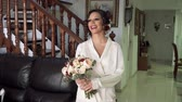 braut : The bride take at the wedding bouquet and corrects it. Tenderness. Slow motion Stock Footage