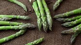 джут : Edible green sprouts of asparagus officinalis. Raw garden asparagus stems.