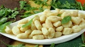джут : Uncooked homemade potato gnocchi in a white plate