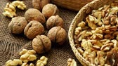 juta : Walnuts on rustic natural burlap, Walnut kernels in wicker basket, Walnut background Dostupné videozáznamy