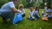 voluntário : Experienced environmentalists chatting with children over voluntary work Vídeos