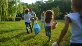 voluntário : Little ecologists running and handing over garbage bags to volunteers Vídeos