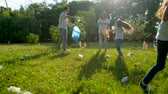 voluntário : Mindful kids helping volunteers with picking up litter in park