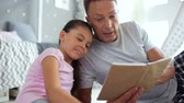 vazba : Positive father reading for his little daughter