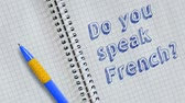 escrito : Do you speak French? Text handwritten on sheet of notebook and animated.