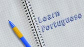 handschrift : Learn Portuguese. Text handwritten on sheet of notebook and animated.