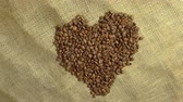 makro : Coffee grains in the form of heart Wideo