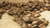 makro : Rotating background of falling coffee grains with original audio Wideo