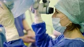 microscópio : Female surgeon during an operation Stock Footage