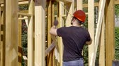 inşaatçı : Builder measuring doorway. the house is made of wooden beams on canadian technology Stok Video