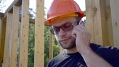 alfândega : Portrait of a male builder speaking on the phone.