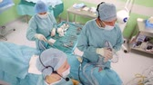 assistência : Group of surgeons performing safe endoscopic surgery to remove a cancerous tumor from a patients brain.