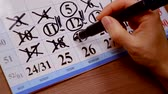 ежемесячно : woman makes notes markers on the calendar. pre - planning of the month by dates Стоковые видеозаписи