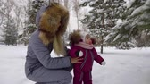 örnekleri : close-up of a parent walking with a child in the Park in winter. warm comfortable clothes jumpsuit. educating the generation on a real example