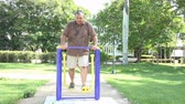 упражнение : Hispanic overweight man exercising in an outdoors facility during summer