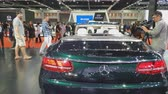 колеса : NONTHABURI - MARCH 26: Mercedes-Benz Cabriolet car on display at The 40th Bangkok International Thailand Motor Show 2019 on March 26, 2019 Nonthaburi, Thailand. Стоковые видеозаписи