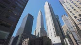 bankieren : New York, Verenigde Staten - 24 mei 2018: 4k bewegende schot van wolkenkrabbers in New York City Stockvideo