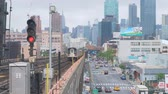 bahnhof : New York, USA - 20. Mai 2018: Zug, der von einer Station in New York abreist Stock Footage