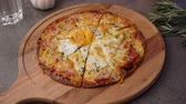 базилик : ham and egg pizza Стоковые видеозаписи