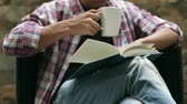 боб : man reading and drinking coffee Стоковые видеозаписи