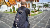 vzít : Happy Caucasian Tourist in Thailand Taking Photo With Smartphone of Temple