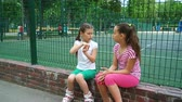 irmãs : Two children telling secrets and laughing in park, outdoors. leisure time park.